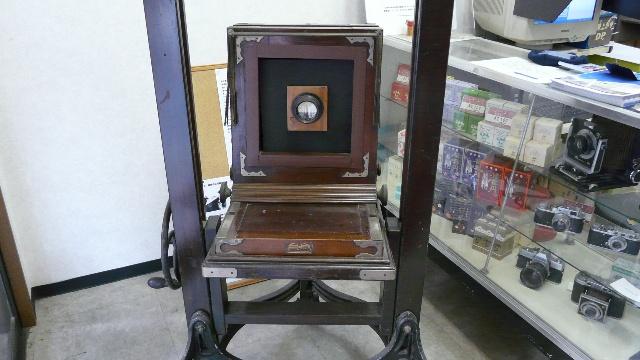 天满宫外的一家照相馆,这是一台最老的照相机,店里也有其他的古老