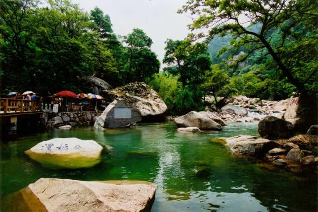 现在,崂山风景区为游客创造了更好的旅游环境:先后改善了水,电