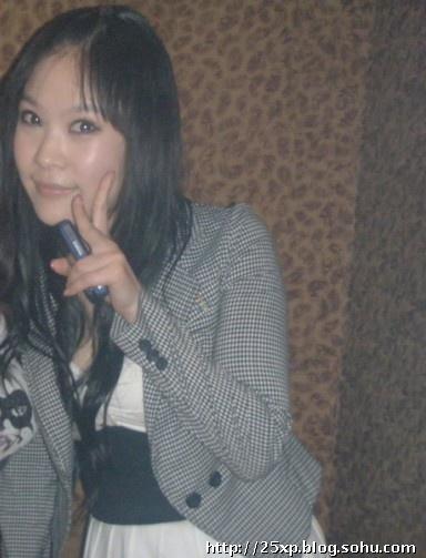 KTV骚熟女_刘海被我扎起来了,头发吹卷卷了,白色低胸小礼裙外套短款便西,轻熟女