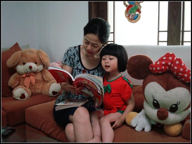幼儿园要交阅读亲子照.傻瓜都看得出来这是摆的pose